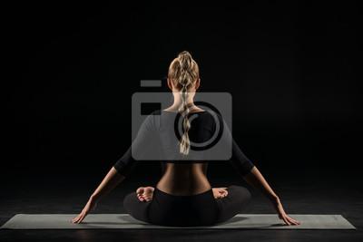 Fototapete Frau sitzt in Lotus-Position