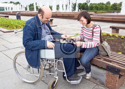 Frau und Mann auf einem Rollstuhl