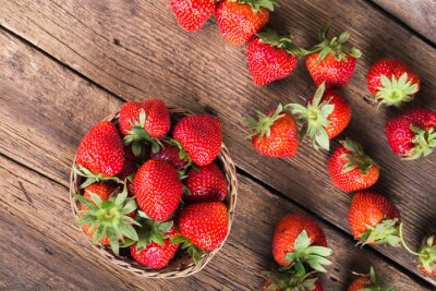 Fototapete Fresh red strawberries on old wooden background