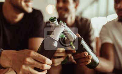 Fototapete Freunde, die Spaß mit Getränken zu Hause haben