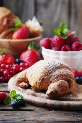 Fototapete Frische Croissants mit Beerenmischung
