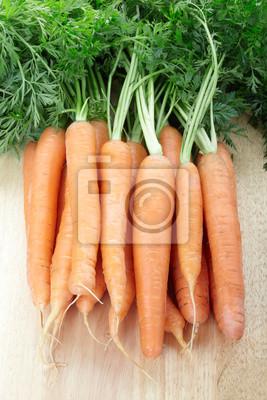 Frische Karotten auf Schneidebrett
