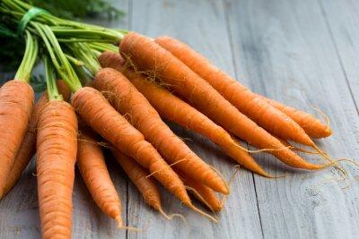 Fototapete Frische Karotten Bund auf Holzuntergrund