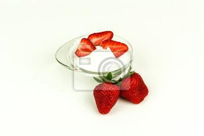 Frische reife Erdbeeren mit Schlagsahne