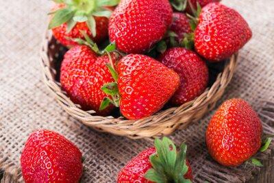 Fototapete Frische rote Erdbeeren auf alten hölzernen Hintergrund
