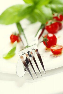 Fototapete frischen Tomaten, Messer und Gabel auf einem Teller