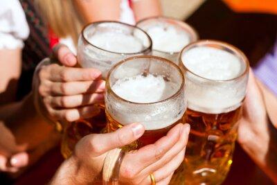 Fototapete Frisches Bier in einem Biergarten