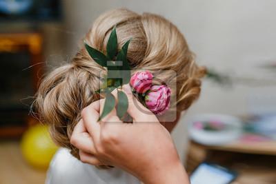 Friseur Macht Braut Eine Hochzeit Frisur Mit Frischen Blumen