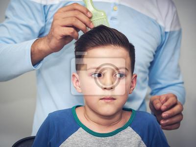 Fototapete Friseur Macht Eine Frisur Mit Haargel Zu Einem Jungen Im Friseursalon