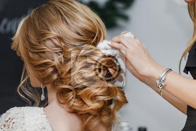 Fototapete Friseur Oder Florist Macht Die Braut Eine Hochzeit Frisur Mit