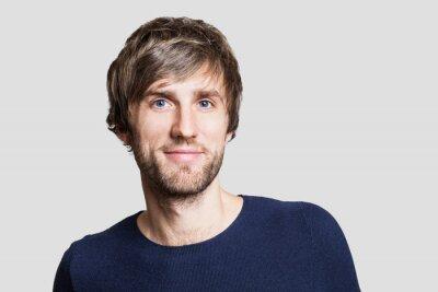 Fototapete Fröhlich lächelnde junge Mann Studio Porträt