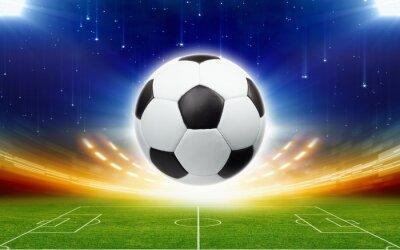 Fußball über grünes Fußballstadion in der Nacht