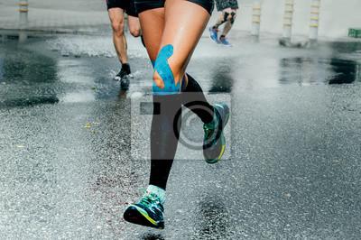 ee38ab0647e4a0 Fototapete Füße Mädchen Läufer in Kompression Socken und Taping auf die  Knie