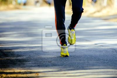 393d53845c6b81 Füße männlichen athleten läufer auf asphaltstraße laufen fototapete ...