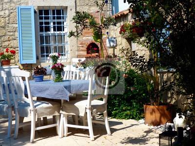 Gartentisch Mit Karierter Tischdecke Und Gartenstuhlen Auf Einer