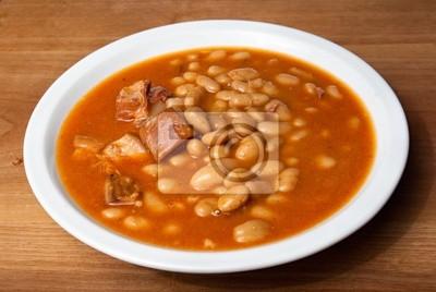 gebackene Bohnen in einem Teller auf einem Holztisch