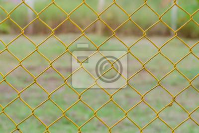 Fototapete: Gelbe kette link zaun mit natürlichen grünen hintergrund