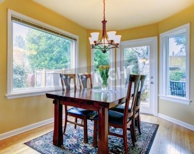 Fototapete Gelbe Wand Kleines Esszimmer Mit Holzboden Und Teppich. Mit  Holztisch Set Ausgestattet.