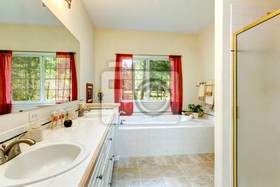 Gemütliche elfenbein badezimmer mit französisch-fenster und rote ...