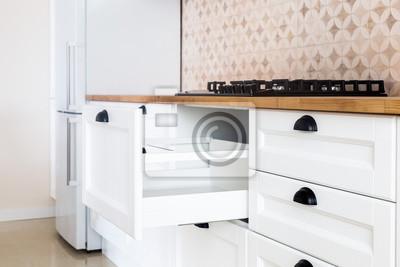 Fototapete: Geöffnete küchenschublade, küche im traditionellen stil mit  hölzerner