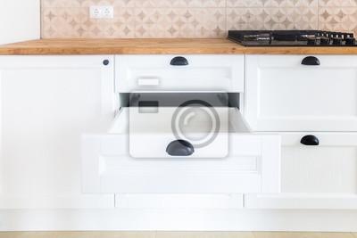 Geöffnete küchenschublade, küche im traditionellen stil mit ...