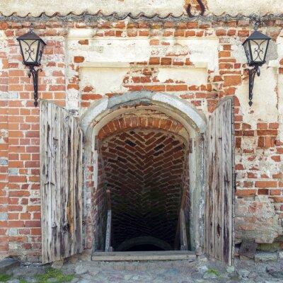 Fototapete Geöffnete verwitterte Holztüren führen zum Kerker eines alten Schlosses