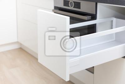 Geöffnete weiße schublade in einem küchenschrank mit einer ...