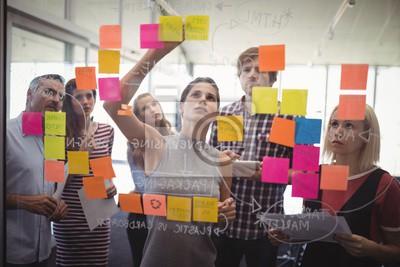 Fototapete Geschäftsleute planen mit Klebernoten im Kreativbüro