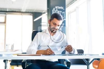 Geschaftsmann Am Schreibtisch Mit Laptop In Seinem Buro Arbeiten