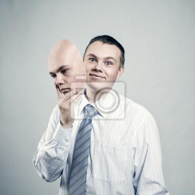 Geschäftsmann entfernt die Maske vom Gesicht einer schlechten Stimmung