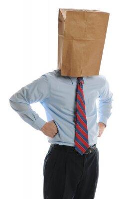Geschäftsmann mit Papiertüte auf dem Kopf