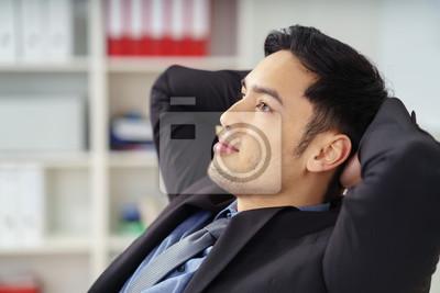 Körpersprache verschränkte arme hinter kopf