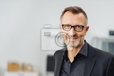 Fototapete Geschäftsmann von mittlerem Alter, der Gläser trägt