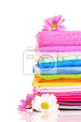gestapelt bunten Handtücher auf weißem Hintergrund