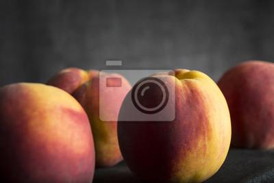 Gesunde frische Pfirsiche auf dunklem Hintergrund