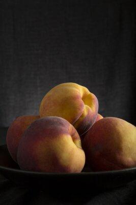 Gesunde frische Pfirsiche in einer Schüssel