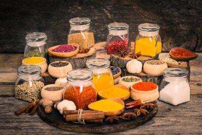 Fototapete Gewürze und Kräuter auf dem Holztisch