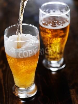 Fototapete Gießen Bier in einen hohen Becher auf Schiefer-Tisch