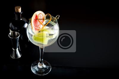 Fototapete Gin Tonic Drink Cocktail Fancy Glas Schwarzem Hintergrund Tonic  Wasser Eis Garnieren Frisches Obst Handwerk