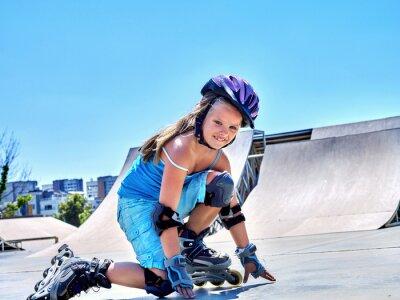 Fototapete Girl riding on roller skates in skatepark.