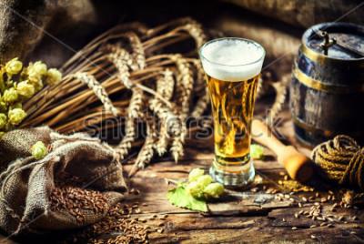 Fototapete Glas frisches kaltes Bier in rustikaler Umgebung. Essen und Trinken Hintergrund