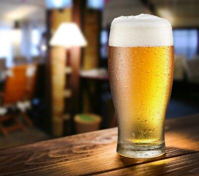 Fototapete Glas helles Bier auf der Glasbar.