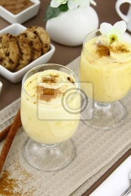 Glas mit süßen Bananen-Pudding Dessert
