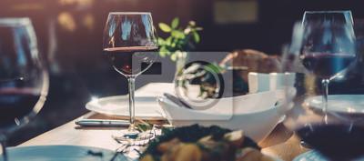 Fototapete Glas Wein am Esstisch