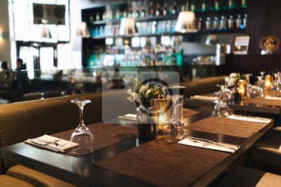 Fototapete Gläser auf dem Tisch in einem Restaurant