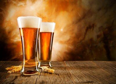 Fototapete Gläser Bier auf Holztisch