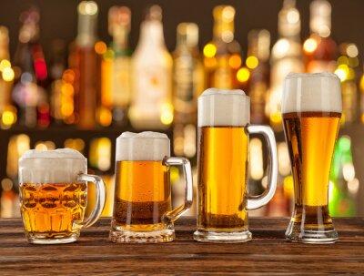 Fototapete Gläser helles Bier mit Bar auf den Hintergrund