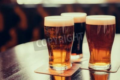 Fototapete Gläser helles und dunkles Bier auf einem Pubhintergrund.