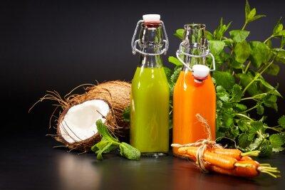 Fototapete Gläser mit frischem Bio-Gemüse und Fruchtsäften isoliert