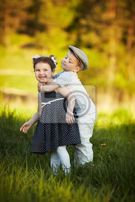 junge und mädchen umarmen sich